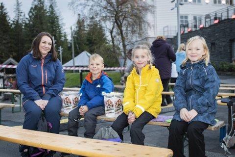Tre spente barn som venter på at filmen skal begynne. Fra venstre: Ingrid Reitan, Marius Reitan, Lilly Kårstad og Sarah Leonora Reitan.