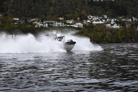 Patruljebåten til KV «Tor» har toppfart på nesten 40 knop, så tjuvfiskere skal slite med å stikke av. På en travel dag undersøker Kystvakten opptil 300 hummerteiner i bergensområdet.