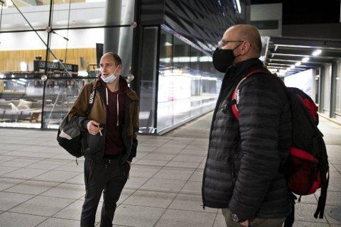 Mantas (27) og Donatas (40) fra Litauen mellomlandet i Bergen på vei til Kristiansund.