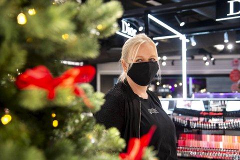 – Vi skjønner at folk er skeptiske og ikke vil gå i butikken, men julehandel blir det i år også, sier butikksjef Unni Revheim Eliassen ved Fredrik & Louisa på Lagunen.