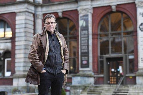Forfatteren Truls Synnestvedt utenfor det som var Børsen i trettiårene. Vidkun Quisling var hedersgjest da den lokale                                            avdelingen av Nasjonal Samling ble startet her, 14. juli 1933.