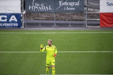 Åsane-keeper Eirik Østgaard var ikke helt med på notene.