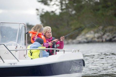 Barnehagen har både eget sjøhus, båter, kajakker og kano.   Her er styrer Lise Lauvik under en fisketur i 2015.