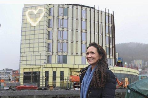 – Jeg håper mange reiselystne har spart opp penger som de ønsker å bruke når pandemien er under kontroll, sier hotelldirektør Monica Selvik. Moxy-hotellet er under oppføring i Solheimsviken og åpner i mars 2021.