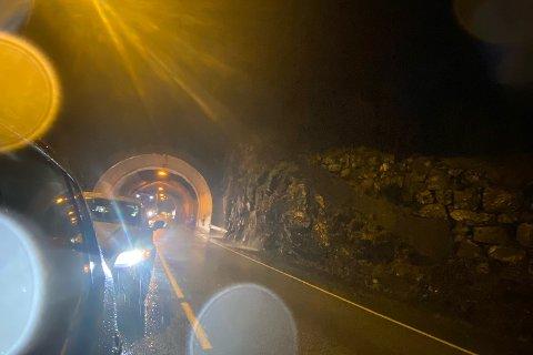 Det er lange køer på E16 etter at et steinras stengte veien.