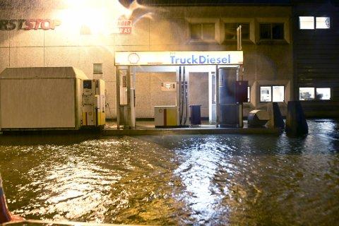 Det har vært store mengder vann flere steder i Bergen onsdag kveld.