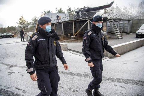 På åtte måneder har Sjøforsvaret kun hatt 20 koronasmittede. Hovedgrunnen er de strenge smitteverntiltakene som (fra v.) hovedtillitsvalgt Gesine S. Graham, menig Iver Mork og de øvrige 3500 ansatte på Haakonsvern følger strengt.