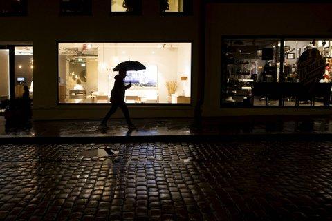 Det er bare å hente frem paraplyen. Fremover blir det vått, vindfullt og grått i Bergen.