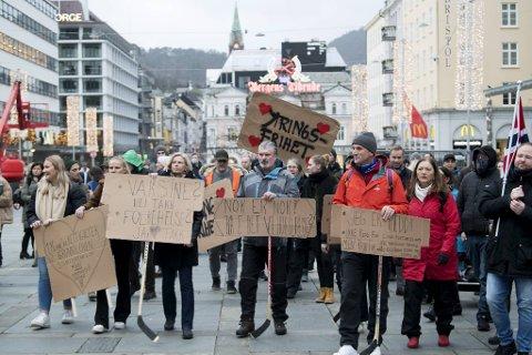 Fleire møtte opp med heimelaga plakat på demonstrasjonen.