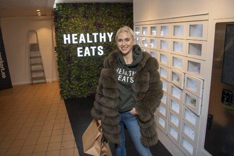 Vilde Regine Tellnes viser frem Norges første automat der du kan kjøpe deg et kjernesunt måltid på farten. Når matveggen åpner på Bergen Storsenter mandag er alle lukene fylt opp.