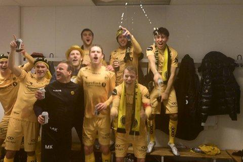 Vegard Leikvoll Moberg (med hatt) og lagkompisene hadde «et lass» med gulløl i garderoben, der feiringen av gullet tok helt av!
