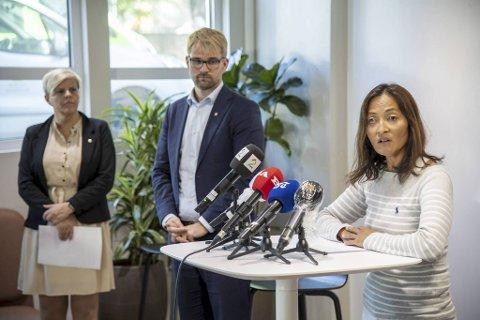 Karina Koller Løland (f.h.), Roger Valhammer og Beate Husa på pressekonferanse.