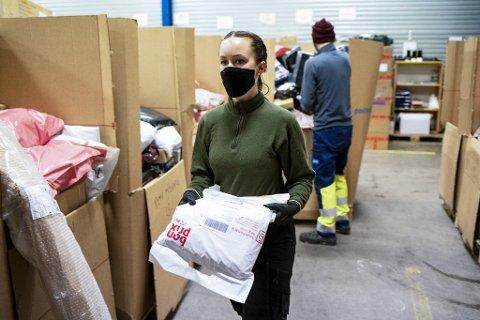 Kaja Mjørlaug ble arbeidsledig grunnet den drastiske nedgangen i flytrafikken. Hun glad for å være tilbake i jobb som ekstrahjelp hos Postnord i Bergen.