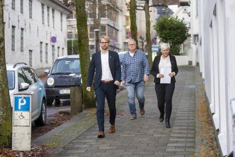 Byrådsleder Roger Valhammer (Ap), helsebyråd Beate Husa (Krf) og medisinsk fagsjef i Bergen Trond Egil Hansen på vei til en av sine mange pressekonferanser om koronasituasjonen i Bergen.