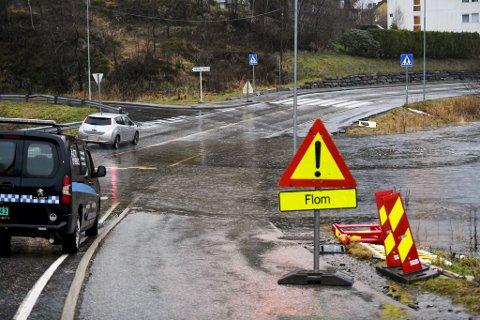 Det ble oversvømmelser i veien ved Andedammen i Sædalen onsdag morgen.