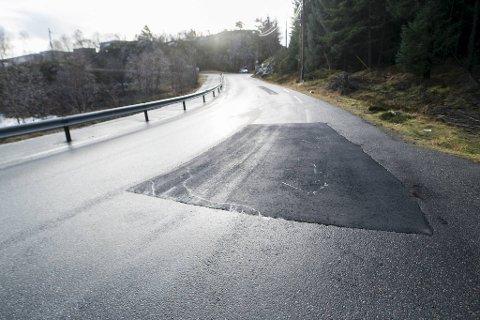 Ifølge politiet er veibanen på stedet allerede asfaltert og utbedret etter utforkjøringen.