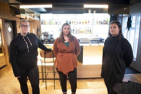 Studentene Sigrid Iden Hjelmås (27), Nora Hansteen (29) og Iselin Furøyen Absalonsen (27) får ikke endene til å møtes nå som de er permittert fra jobbene sine.