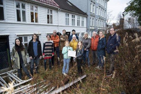 Nabolaget legger sine egne planer. Foran: Victoria Pahr Pedersen (9) og Ellinor Hauge Klemsdal. Bak: Kristin Hauge, Ole Klemsdal, Berit og Petter Kaurel, Marcus og Erik Lønne, Lene, Solfrid, Viktor, Sandra, og Remy Pahr.
