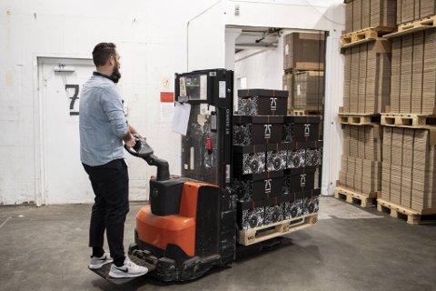 Daglig leder Jens Eikeset gjør klar ølkalenderne for kunder i Bergen.