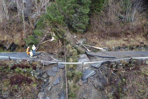 Skredet tok med seg store deler av veien.