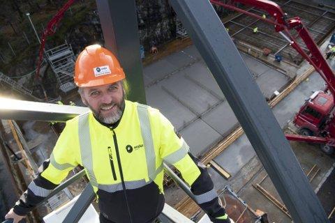 Daglig leder Mons-Ove Hauge i Endúr Sjøsterk er svært tilfreds med at det igjen er byggeaktivitet i dokken på Stamsneset Industriområde.