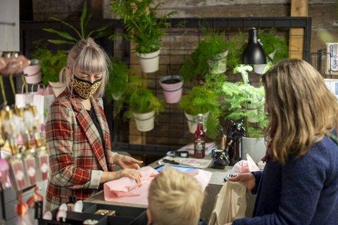 Jeanette Tonning Sundal driver butikken Heim på Bryggen. Hun håper at folk har fått øynene opp for å handle lokalt.