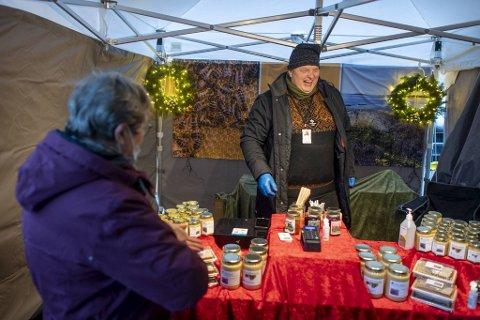 Andreas Kårbø  fra Hatten Bigard i Øygarden er fornøyd med å endelig få solgt honningen sin etter en svært stille høst.