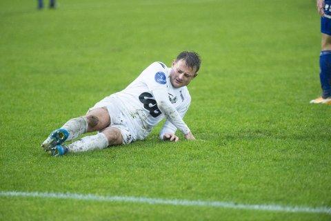 Selv om Ågotnes er grønn og fin, så kunne kampen mellom Øygarden og Ranheim minne om et skøyteløp. Thor Kristian Økland var én av mange spillere som mistet fotfeste.