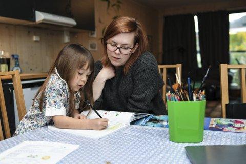 Yoanna (5) ble tirsdag sendt hjem fra Møhlenpris skole på grunn av koronasmitte. Her gjør hun skolearbeid  fra spisebordet hjemme med mamma Kristin Irene Kristensen.