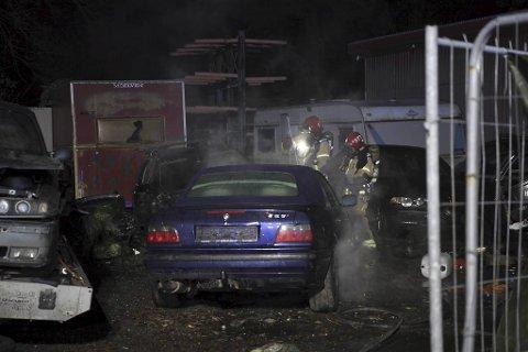 Nødetatene ble varslet om brannen klokken 1839.  Totalt to biler ble skadet.