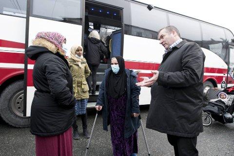 Asylmottaket i Arna legges ned etter 32 år. I dag ble beboerne flyttet med buss til Stord mottak. En opprørt Darme Boru (26) gir tydelig uttrykk for hva hun mener om måten UDI har behandlet dem i denne saken.