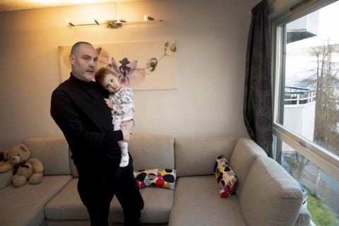 Joseph Heffernan, som her bærer på datteren Alicia, har betalingsvansker. Av den grunn har han sendt søknad om gjeldsordning for seg selv og sin kone.