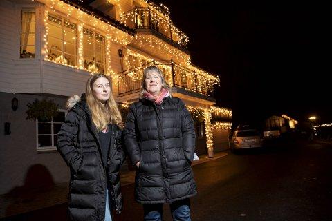 – Først pyntet vi bare balkongene, men så ble det bare mer og mer for hvert år som gikk, sier Siri Berge som står bak det elleville huset på Søfteland. Her sammen med datteren Amalie Berge Fjelltveit.