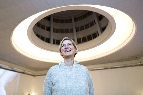 Silje Grimstad arbeider med performancen «Physical/Playtime» i Tårnsalen. – Et nydelig rom, men vanskelig å lyssette, sier lys- og videodesigneren.