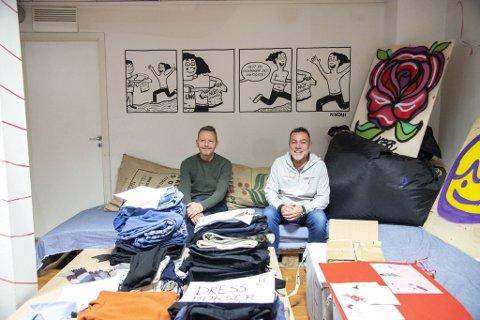 Eivin Sundal (t.h.) og Arnulf Bjørnestad har hatt sin fulle hyre med å levere ut gratis nye klær til fattige og trengende de siste dagene.