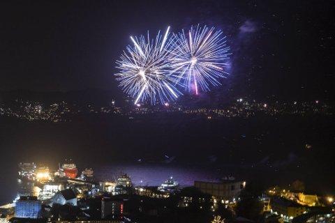 Inngangen til det nye året blir som vanlig feiret med fyrverkeri i Vågen. Her fra feiringen på nyttårsaften 2018.