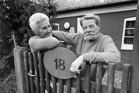 Journalist Einar Christian Rosenvinge Bernhardsen sammen med sin bergenske ektefelle Helene Grieg foran hjemmet i Birkerød ved København. Bildet er tatt i 1988 av BAs fotograf, året før Bernhardsen døde.
