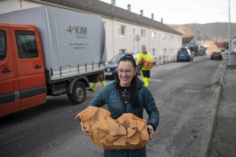 Fredag ettermiddag dukket en lastebil opp med ved og bærehjelp utenfor leiligheten til Silvana Funes på Løvstakkseiden. Også kommunen har gitt henne gode nyheter.