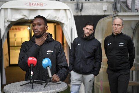 Daouda Bamba er i godt humør, ifølge sportssjef Rune Soltvedt (bak til høyre).