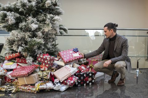 I lobbyen på Clarion Hotel Bergen Airport står et flott pyntet juletre. Her samler direktør Espen Hammersvik og kollegene inn julegaver til barn i nærområdet som trenger en ekstra oppmuntring.
