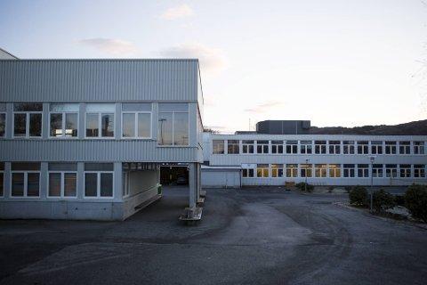 38 elever og fem ansatte ved Fjell ungdomsskule havnet i karantene til julaften klokken 1430.