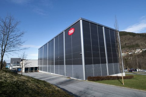En mann i 60-årene er sendt til Haukeland sykehus etter en arbeidsulykke ved Toro fabrikker i Arna