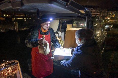 Diana Hagelin fra Kleppestø  kjøper egg og poteter fra Ragnar Vikøyr fra Bakketun Gard. Rekoringen på Spelhaugen var godt besøkt torsdag kveld.