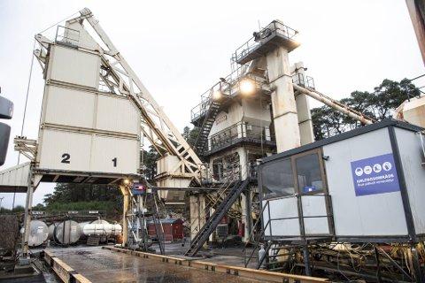 Driverne av asfaltverket på Steinrusten på Askøy har ikke tilfredsstilt kravene for å få dispensasjon til å drive videre over nyttår, mener flertallet av politikerne i Utvalg for teknikk og miljø.