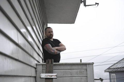Sindre Nilsen er nærmeste nabo til rassttedet. Han er glad det sto en bil mellom massene og huset.