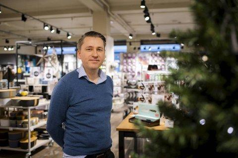 Øystein Østre er nettansvarlig for Wallendahl i sentrum. Det snart 200 år gamle handelshuset kan skryte av en enorm økning av netthandel i 2020.