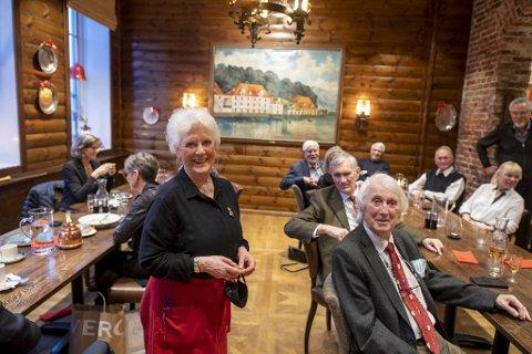 Inger Lofnes (72) er i likhet med gjestene rundt bordet pensjonist. Det hindrer henne ikke i å servere Magne Bysheim (86) og Arild Gravdal (82) slik hun har gjort før jul 39 ganger tidligere.