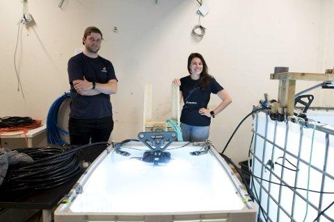 Hans Berg Nåvik er feltoperatør og Elaine Maille er leder for installasjoner i Aquabyte.