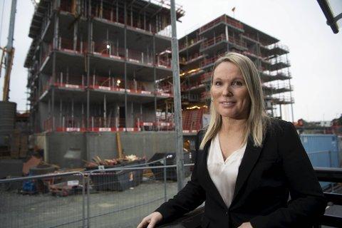 – Eiendomsmegleryrket er spennende og lønnsomt, men du får betalt etter innsats, sier Lena Leikvoll. Her foran to av nybyggene på Sandsli der arbeidene er i full gang.