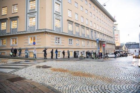 Køene strakk seg rundt hjørnet hos Vinmonopolet i Valkendorfsgate lille julaften.